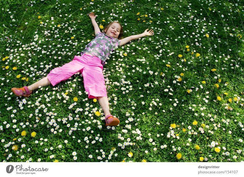 Frühlingstraum Kind Mädchen Sonne Blume Sommer Freude Wiese Gras lachen Wärme Mensch liegen Pflanze Natur Gänseblümchen