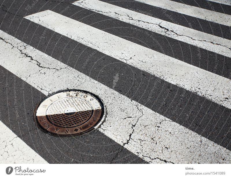 Verdrehte Welt Verkehr Verkehrswege Personenverkehr Straßenverkehr Fußgänger Wege & Pfade Verkehrszeichen Verkehrsschild Fußgängerübergang Zebrastreifen Gully