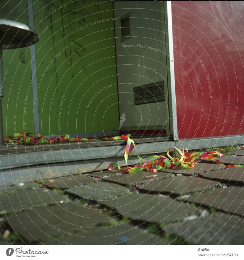Partyreste grün rot Party Feste & Feiern dreckig Stuhl Dekoration & Verzierung analog Verkehrswege Kopfsteinpflaster Pflastersteine Rest Ausgelassenheit Luftschlangen