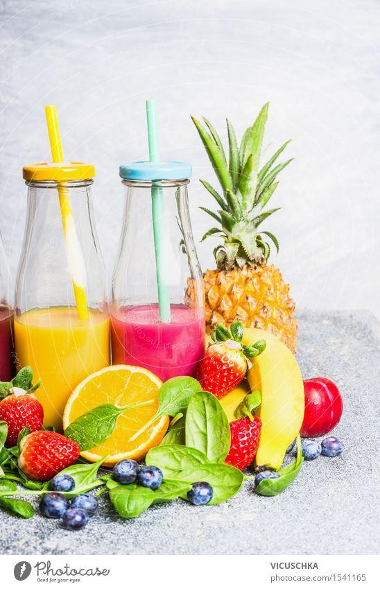 Rote und gelbe Smoothies Getränke in Flaschen mit Früchten Sommer Gesunde Ernährung Leben Stil Lifestyle Lebensmittel Design Frucht Orange Tisch Frühstück Apfel