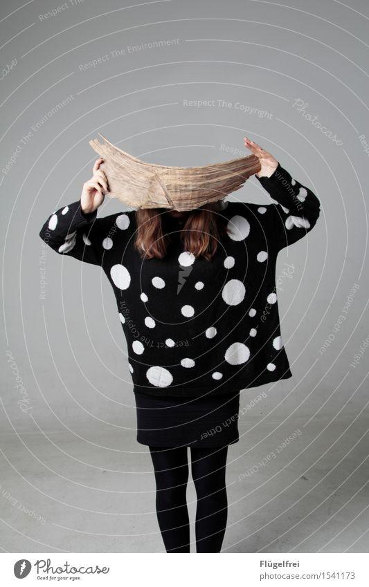 Brett vor dem Kopf feminin 1 Mensch 18-30 Jahre Jugendliche Erwachsene Denken Holz Ast Schneidebrett Punkt Muster Pullover Surrealismus festhalten Konzentration
