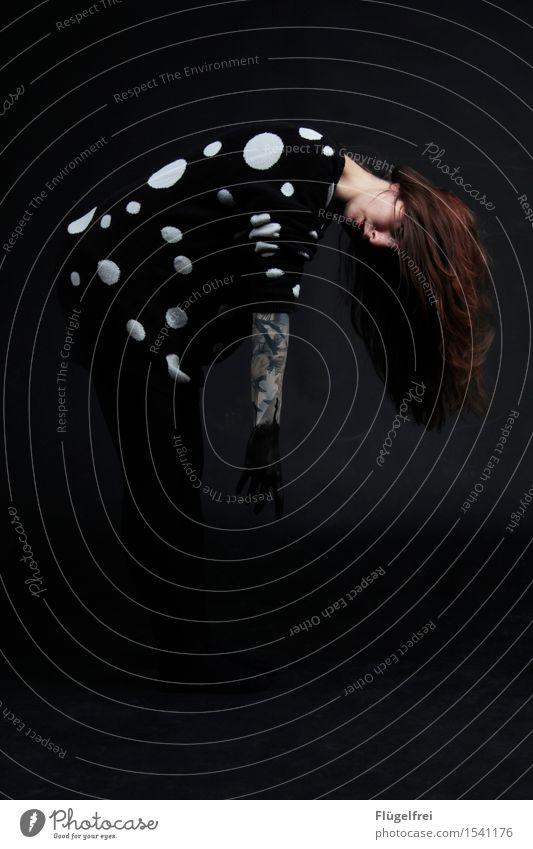 langsam verschwinden Frau Jugendliche Farbe Hand dunkel 18-30 Jahre schwarz Erwachsene feminin Haare & Frisuren gehen beobachten Punkt Tattoo hängen Schweben