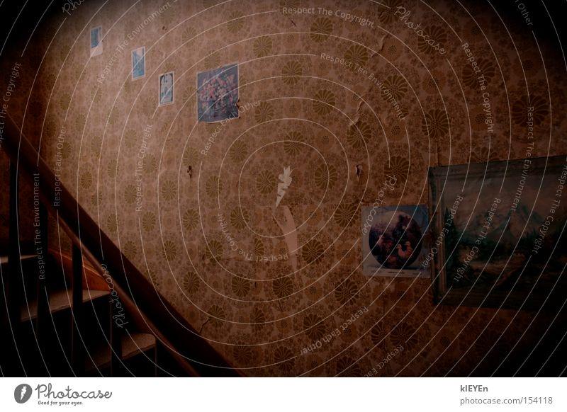 Treppenhaus Tapete Bild Muster Licht dunkel alt faulig Flur