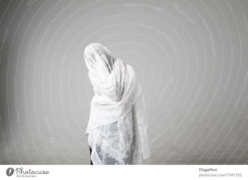 anonym feminin 1 Mensch 18-30 Jahre Jugendliche Erwachsene stehen Tuch Spitze Tischwäsche Geister u. Gespenster verkleidet Karneval verstecken weiß hell