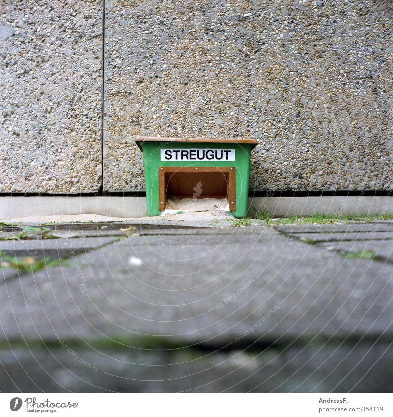 Streu gut! Winter Sand Schlagwort Kasten Bürgersteig Verkehrswege Typographie Wort Risiko Mittelformat Streusand Vorbereitung Großbuchstabe Winterdienst