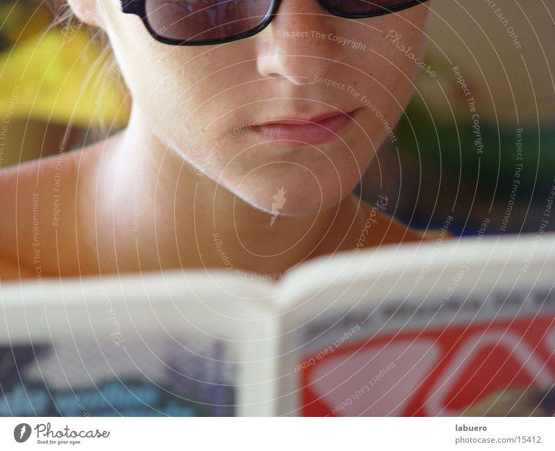 Morgenlektüre Zeitung lesen Brille Frau Mund bams