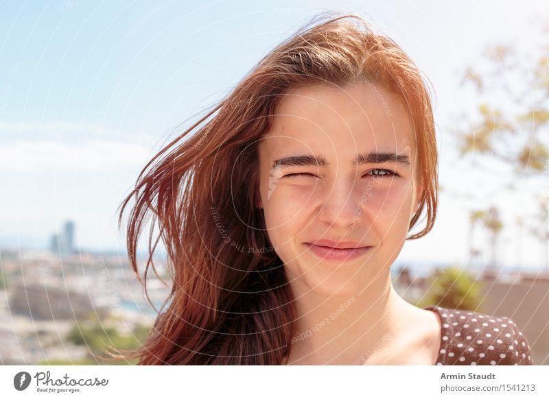Porträt Mensch Frau Himmel Ferien & Urlaub & Reisen Jugendliche Junge Frau Stadt schön Haus Freude Gesicht Erwachsene Auge Leben Lifestyle Gefühle