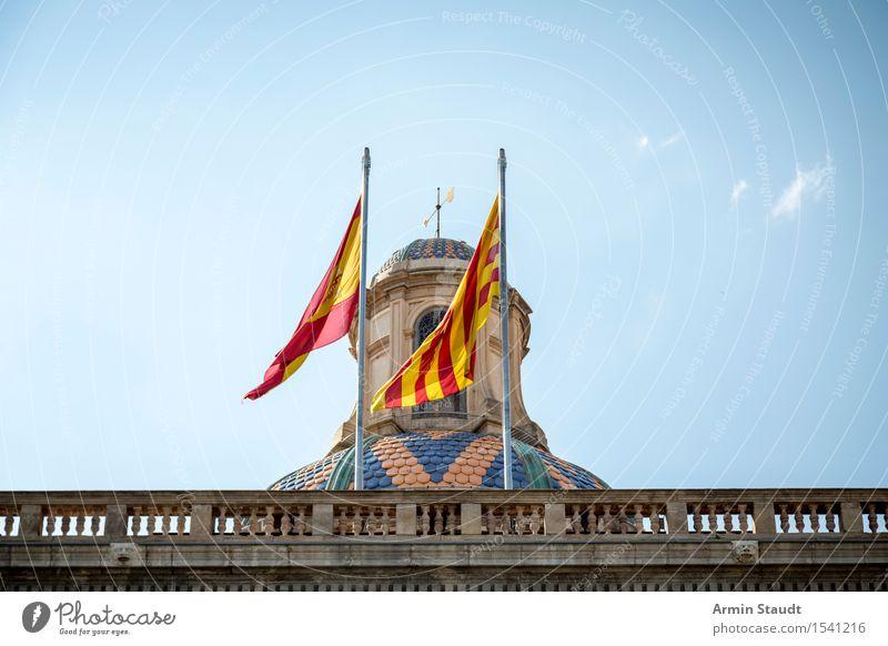 Spanien Ferien & Urlaub & Reisen Stadt blau Sommer rot Haus gelb Tourismus Ausflug Wind Schönes Wetter Fahne Sehenswürdigkeit Wolkenloser Himmel Altstadt