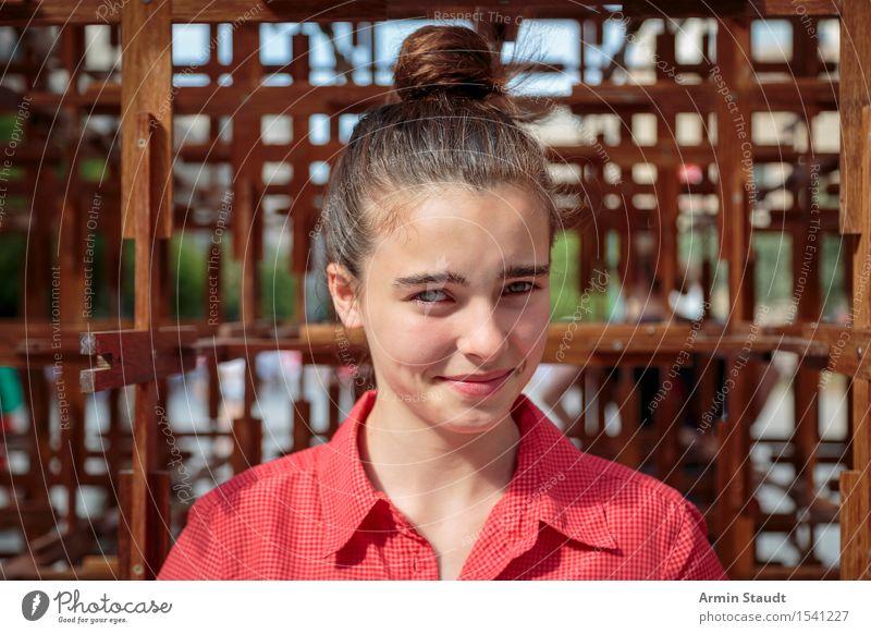 Porträt Mensch Jugendliche Sommer schön Junge Frau rot feminin Stil Lifestyle Holz lachen hell Stadtleben 13-18 Jahre Perspektive einzigartig