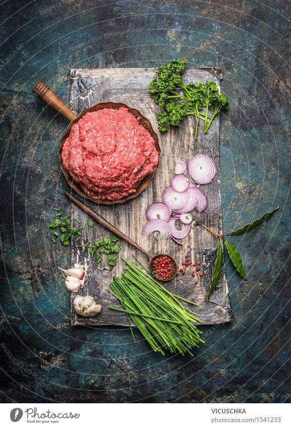Gehacktes Fleisch in der Pfanne mit Kochzutaten dunkel Essen Foodfotografie Stil Lebensmittel Design Ernährung Tisch Kochen & Garen & Backen Kräuter & Gewürze
