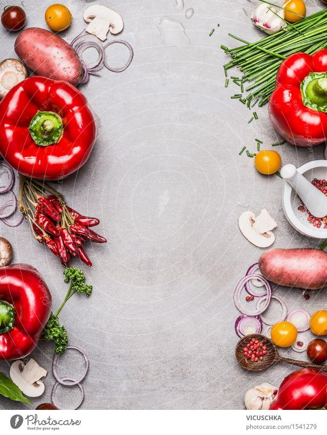 Paprika, Gemüse und Kochzutaten auf grauem Steintisch Lebensmittel Salat Salatbeilage Kräuter & Gewürze Ernährung Mittagessen Abendessen Bioprodukte