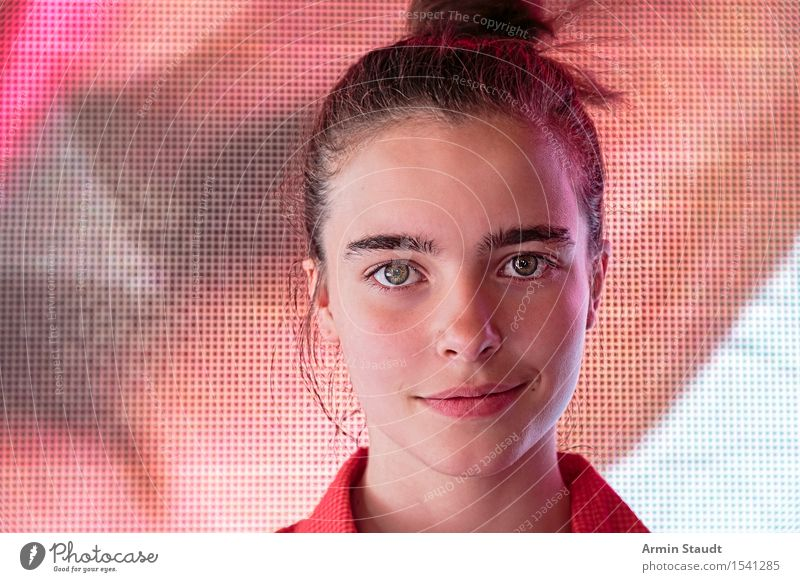 Porträt vor Bildschirm Lifestyle Design Freude Glück schön Gesicht Leben Mensch feminin Junge Frau Jugendliche 1 13-18 Jahre Lächeln authentisch Freundlichkeit