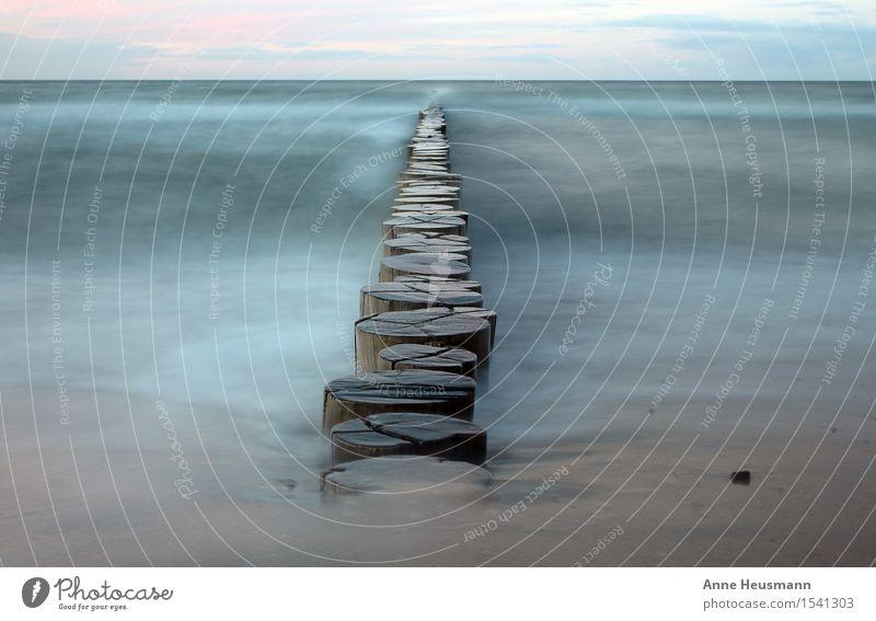 Buhnen an der Ostseeküste Meer Wasser Wellen Küste Strand Sand Holz Erholung maritim nass natürlich blau braun Ausdauer standhaft Einsamkeit Zufriedenheit