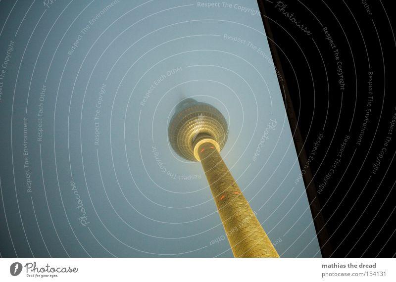 GROßER BRUDER schön dunkel Berlin Lampe Beleuchtung Nebel hoch Turm Kugel Denkmal Wahrzeichen mystisch Berlin-Mitte Berliner Fernsehturm Alexanderplatz