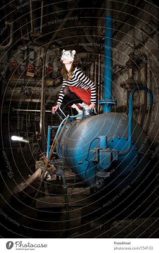 Boilerspoiler Frau dunkel dreckig Langzeitbelichtung Maske verfallen Röhren Rost Eisenrohr Surrealismus Heizkörper Staub Heizung Keller hocken verkleiden
