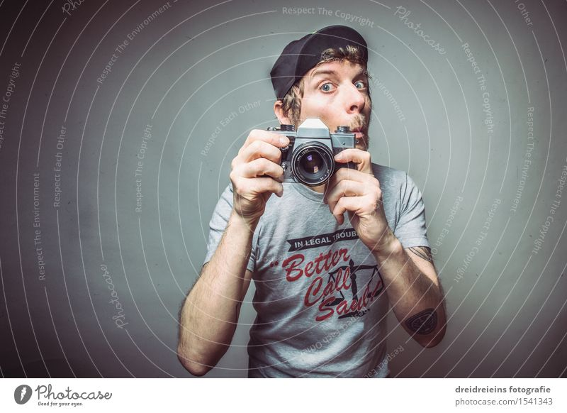 Analog Fotograf Dienstleistungsgewerbe Fotokamera Mensch maskulin Junger Mann Jugendliche Erwachsene Künstler Fotografie Fotografieren Fototechnik T-Shirt Mütze