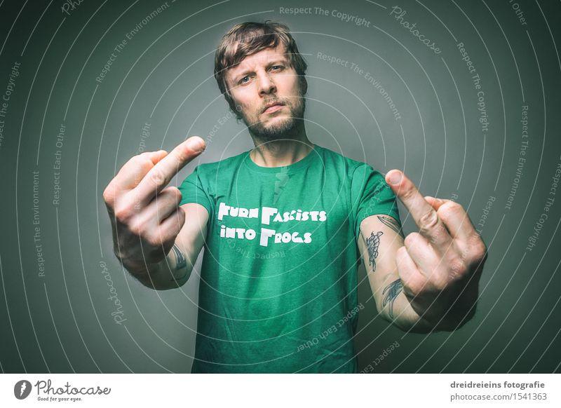I turn fascists into frogs. Fuck Nazis. Mensch maskulin Junger Mann Jugendliche Erwachsene Punk T-Shirt blond Bart kämpfen Kommunizieren Aggression authentisch
