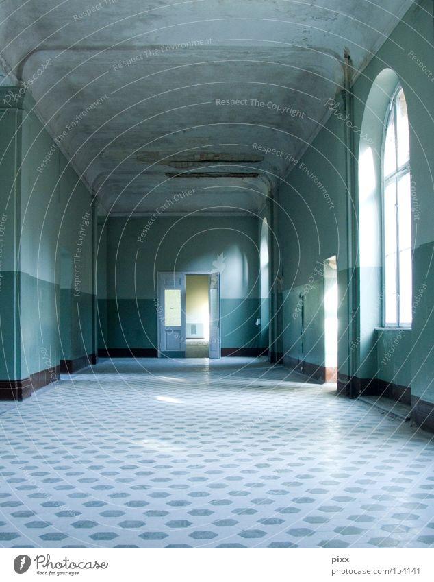2. OG links Altbau Fliesen u. Kacheln Licht Renovieren Flur Einsamkeit Angst Eingang Fenster groß weitläufig Strukturen & Formen türkis Architektur verfallen