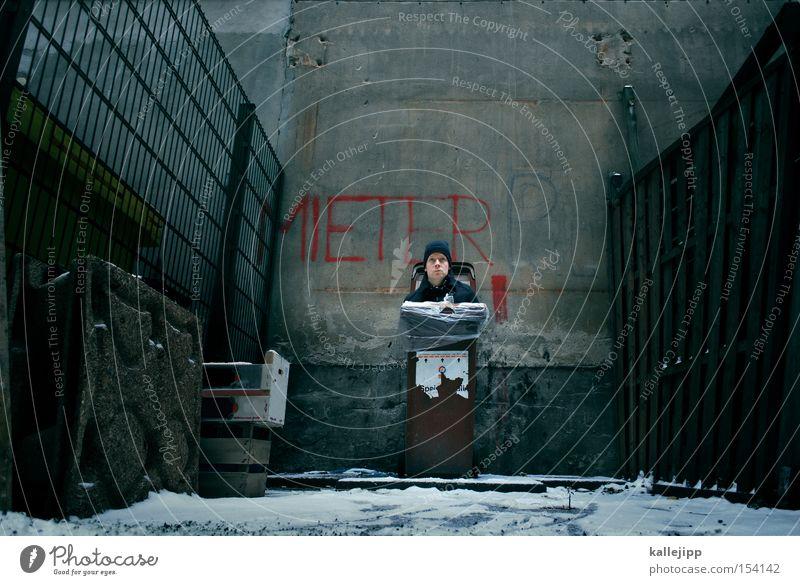 oskar Mensch Mann Häusliches Leben Miete Hinterhof Mieter Kapitalwirtschaft Recycling Müllbehälter Bewohner Fernsehen verwalten Biomüll Müllverwertung Hausverwaltung