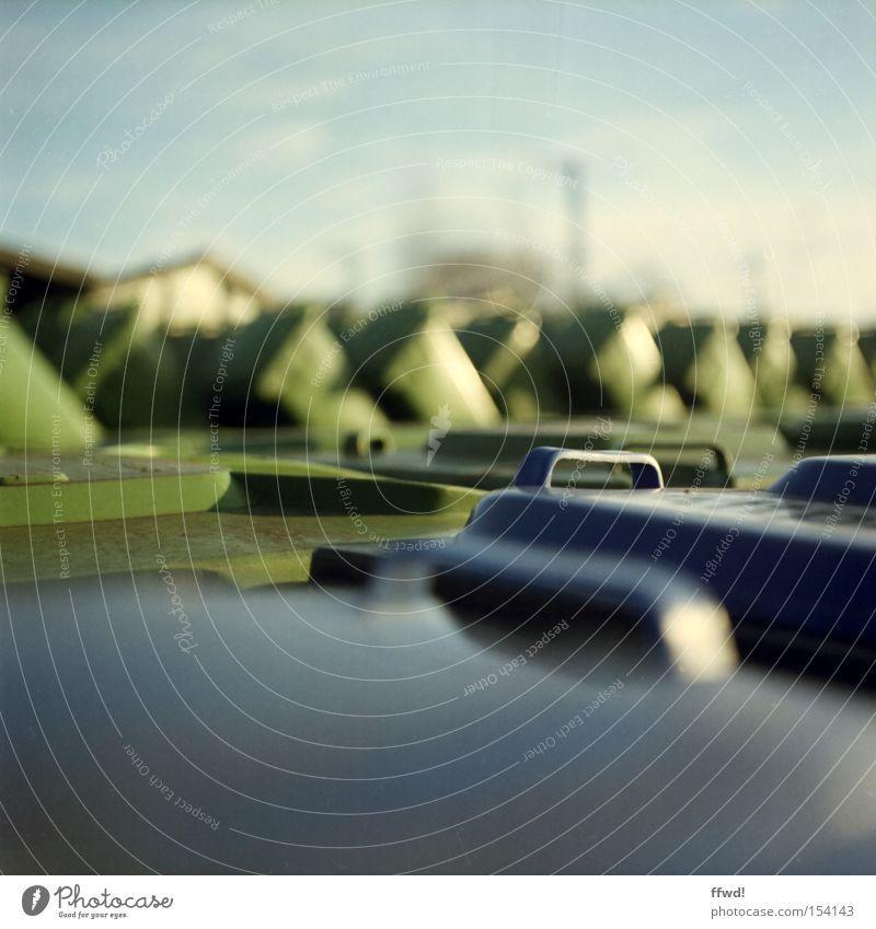 wasteland Farbfoto Außenaufnahme Tag Starke Tiefenschärfe Zentralperspektive Industrie Erneuerbare Energie Klimawandel Industrieanlage Kunststoff dreckig Ekel