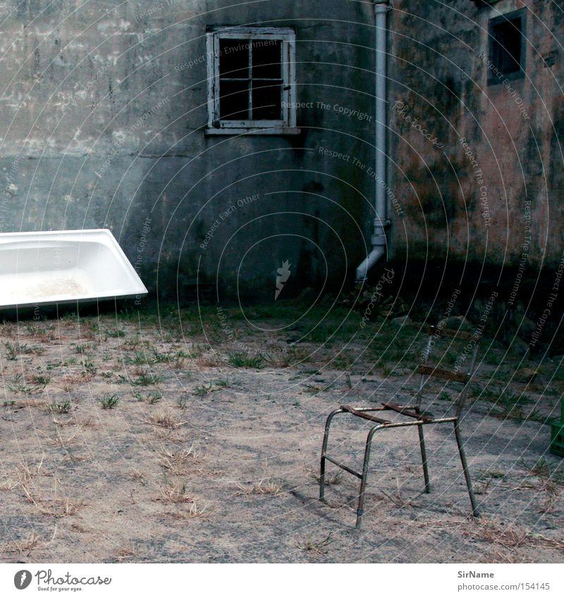 47 [trister ort] Möbel Stuhl Badewanne Traurigkeit dunkel kaputt Trauer Einsamkeit Verfall geschlossen unheimlich seltsam verfallen Afrika verstörend Farbfoto