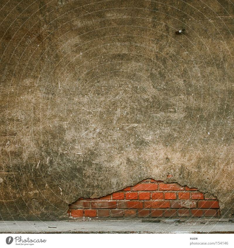 Aufbruch Häusliches Leben Haus Hausbau Renovieren Mauer Wand Fassade Beton Backstein alt authentisch einfach kaputt trist trocken braun grau rot Verfall
