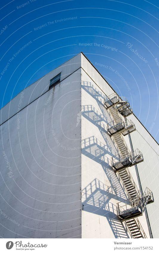 Himmelwärts weiß Gebäude Industrie Treppe gefährlich Baustelle Industrieanlage Wendeltreppe Fluchtweg