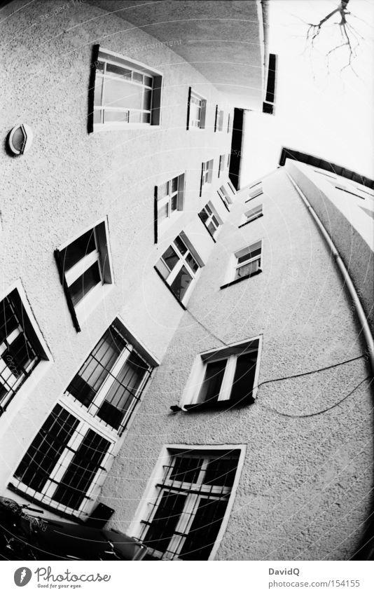 ecke - rund Ecke Hinterhof Block Altbau Haus Stadthaus Fassade Fenster Baum Himmel Fischauge Schwarzweißfoto Orthochrom 25 ASA 16mm
