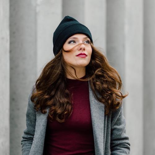 Frau, die auf der Straße steht Mensch Stadt schön Erotik Mädchen Gesicht Erwachsene Herbst Stil Lifestyle Mode Behaarung elegant modern