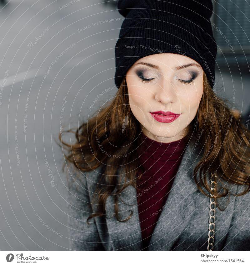 Junge Frau, die im Büro buinding sitzt Mensch schön Farbe Mädchen Gesicht Erwachsene Lifestyle Business Arbeit & Erwerbstätigkeit modern sitzen Lächeln