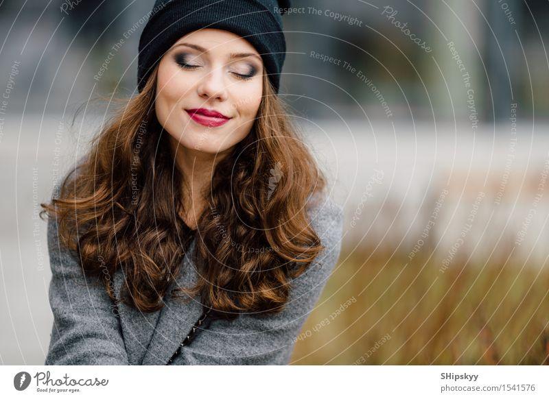 Junge Frau, die auf der Straße sitzt Lifestyle elegant Stil Freude Glück schön Gesicht Leben Freizeit & Hobby Fotokamera Mensch Mädchen Erwachsene Stadt Mode