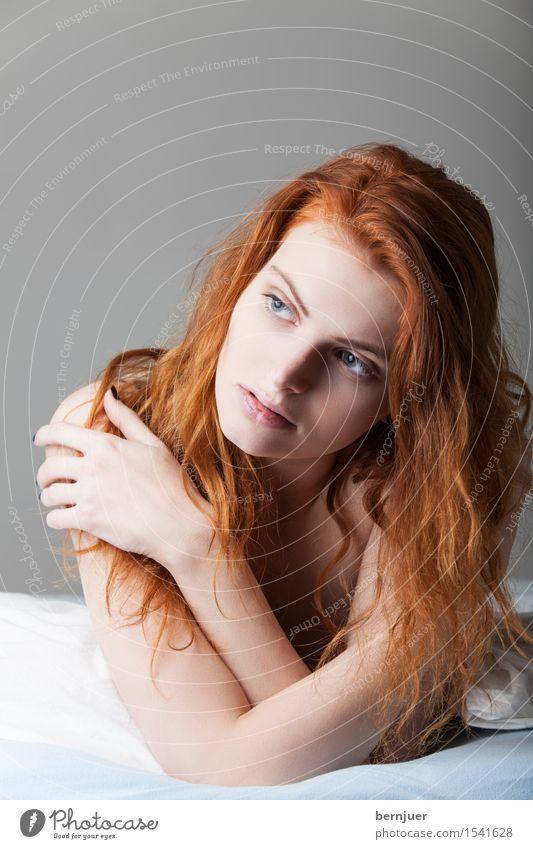 Träumerin Mensch Frau Jugendliche nackt Junge Frau Erotik Einsamkeit 18-30 Jahre Erwachsene feminin Denken liegen authentisch Sex Bett