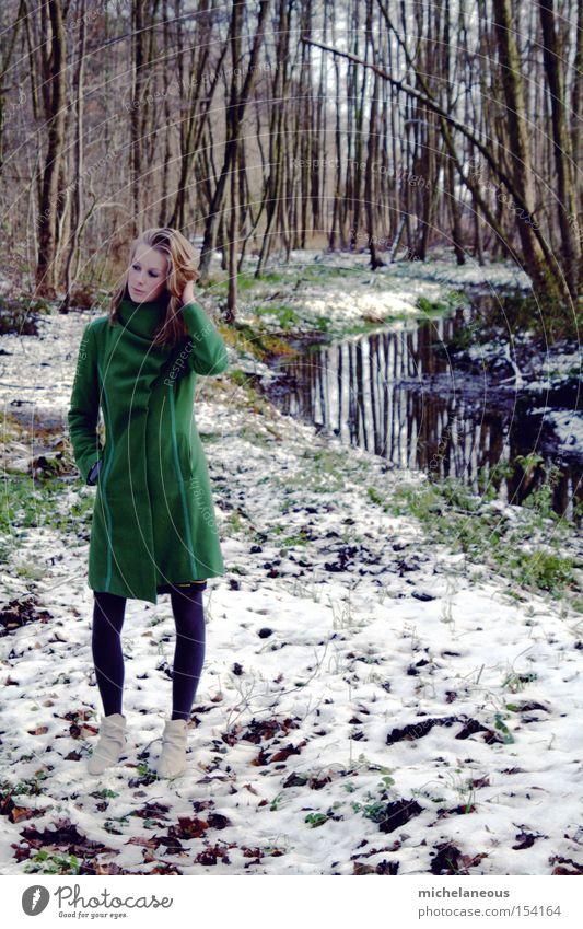 da stehst du nun. Mantel grün Wald Schnee Bach verlegen schön ästhetisch Baum vertikal Hochformat Reflexion & Spiegelung Strumpfhose Stiefel weiß Winter