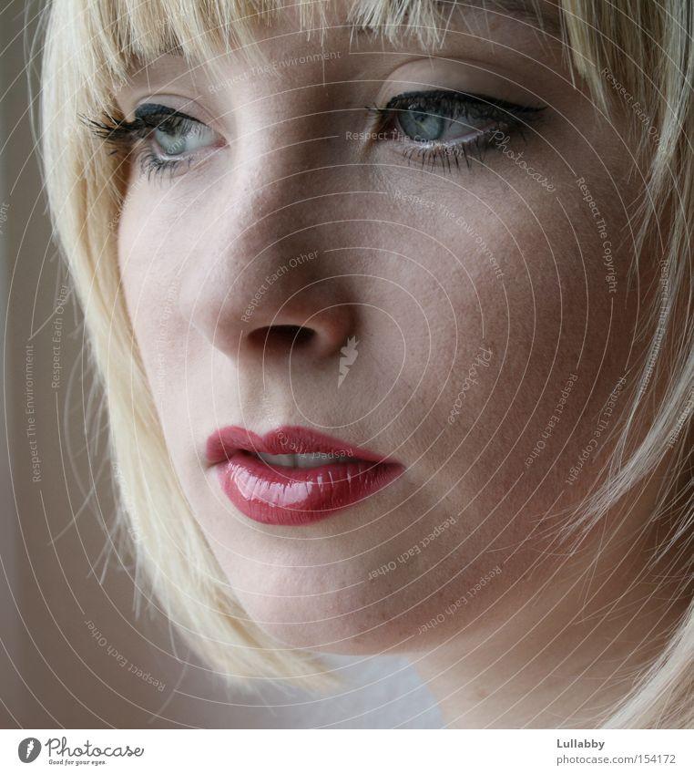 Angie Frau Dame blond Gesicht Blick rote Lippen blaue Augen