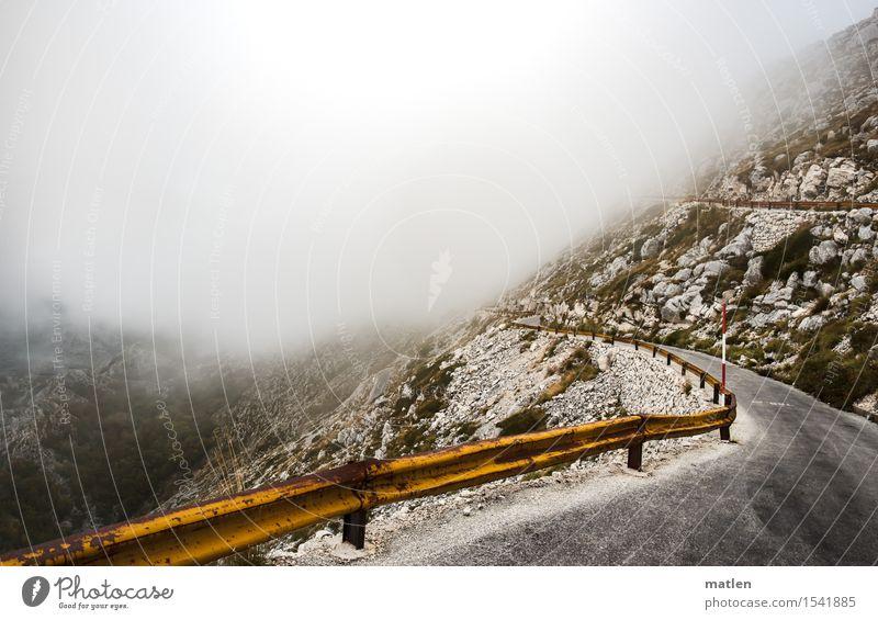 on the road again Natur Landschaft Wetter schlechtes Wetter Nebel Moos Felsen Berge u. Gebirge Verkehrswege Autofahren Straße gelb grau grün weiß Asphalt
