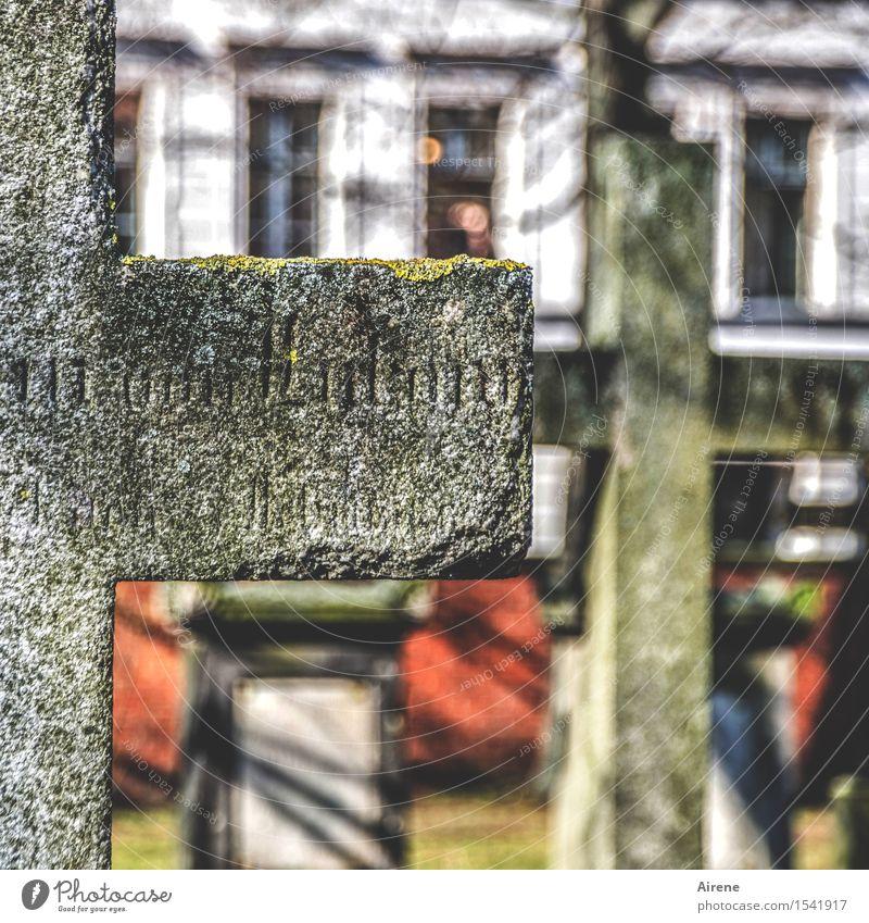was bleibt Skulptur Stadt Menschenleer Friedhof Grabstein Grabinschrift Fassade Stein Zeichen Schriftzeichen Kreuz schlafen Traurigkeit alt grau rot
