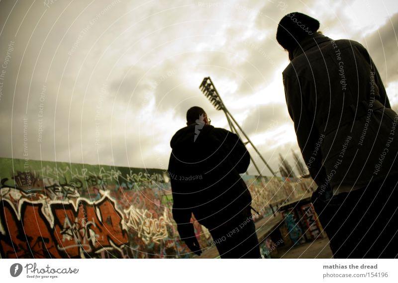 ZWEISAMKEIT Frau Mensch Mann Himmel Stadt Wolken Ferne dunkel Berlin Mauer Graffiti Spaziergang bedrohlich Vergänglichkeit Schatten Graphit