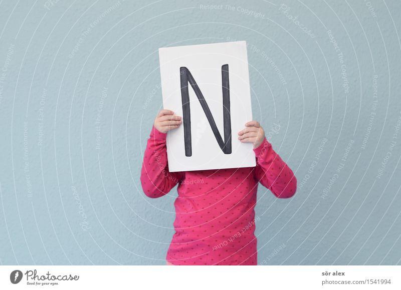 das große -N- Mensch Kind blau weiß Mädchen feminin Schule rosa Kindheit Schriftzeichen lernen Hinweisschild Papier Zeichen lesen festhalten