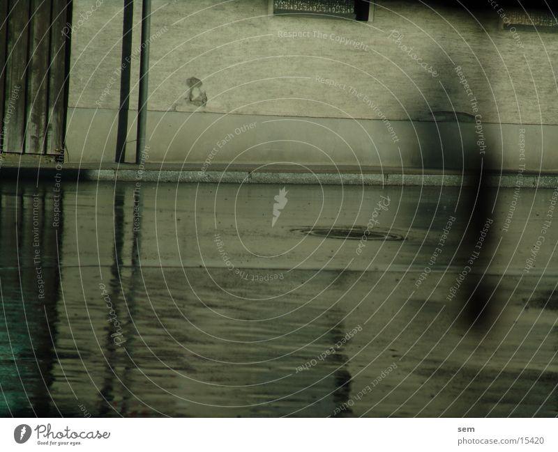 Regenspiegelung nass Reflexion & Spiegelung Haus Fototechnik Straße Schatten Geister u. Gespenster