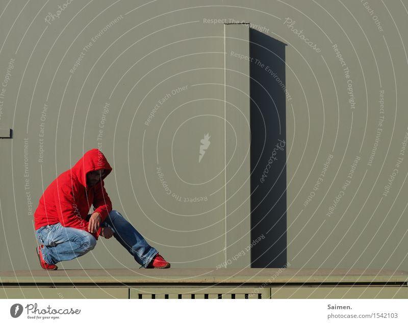 komplementär Gangster Stil Mann Erwachsene Körper 1 Mensch 30-45 Jahre Fassade Bekleidung Jeanshose Pullover grün rot Traurigkeit Sehnsucht Identität