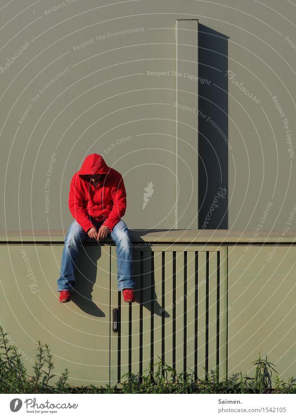 komplementäre Traurigkeit Mensch Mann Stadt grün rot Einsamkeit Erwachsene Wand Gefühle Mauer maskulin Körper sitzen Sehnsucht Jeanshose