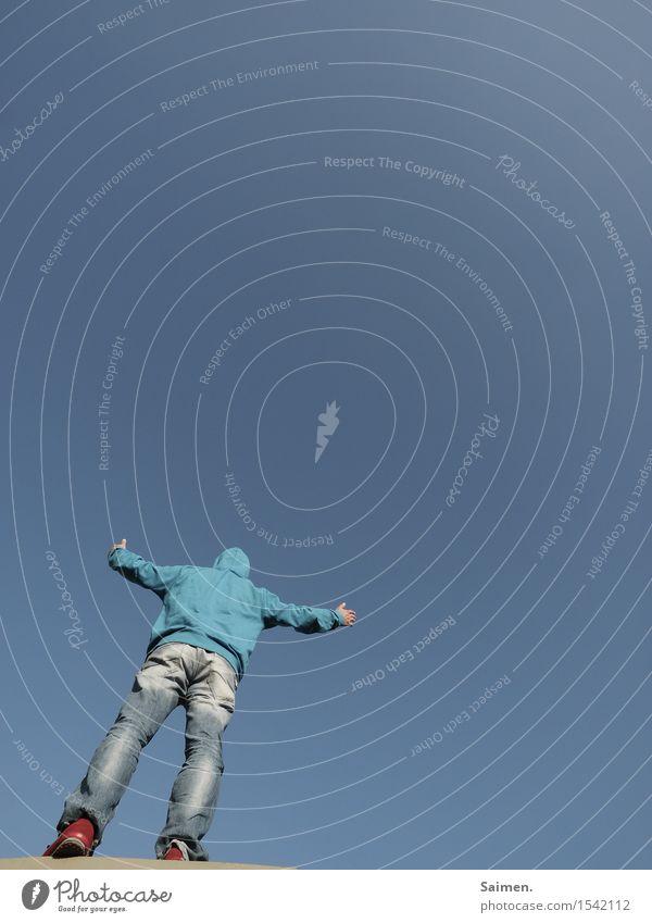 himmlischer Tarnversuch Mensch maskulin Mann Erwachsene Körper 1 30-45 Jahre stehen Kapuzenpullover Jeanshose blau Blauer Himmel Himmel (Jenseits) Glaube Gebet