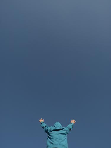 Himmelskörper Mensch Mann Himmel (Jenseits) blau Hand Erwachsene Religion & Glaube Gefühle Freiheit Körper Hoffnung Wolkenloser Himmel Gott Gebet