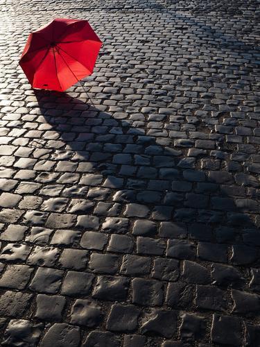 urbanes Stillleben rot Straße Wege & Pfade Stadtleben Regenschirm Kopfsteinpflaster Verkehrswege