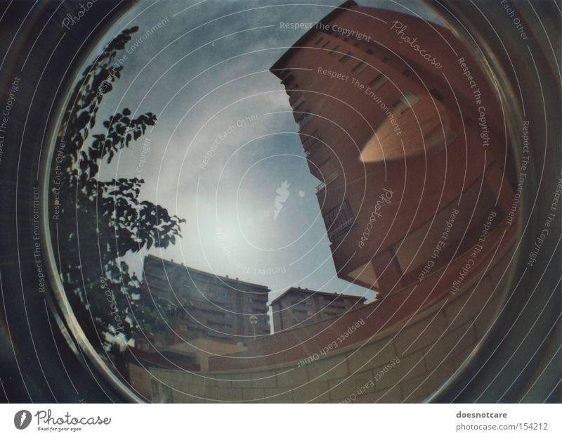 auf biegen und brechen. Himmel Baum Haus Gebäude Architektur Beton Hochhaus hoch Fassade bedrohlich Spanien Verzerrung Lichtfleck
