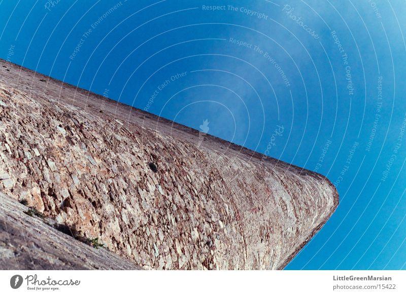 steil in den himmel Mauer grau Froschperspektive Grenzbefestigung historisch Stein Himmel blau