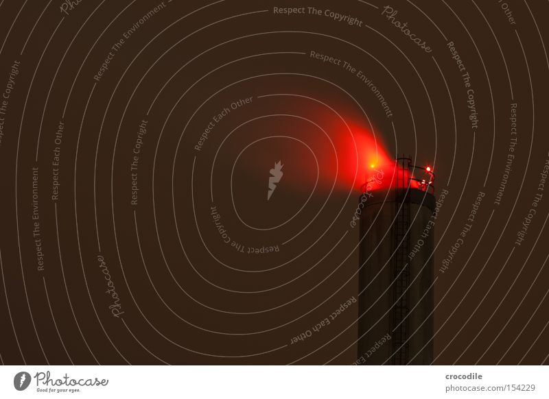 roter raucher Rauch Abgas Schornstein Leiter Nacht dunkel Wolken Licht Industrie Langzeitbelichtung Vergänglichkeit