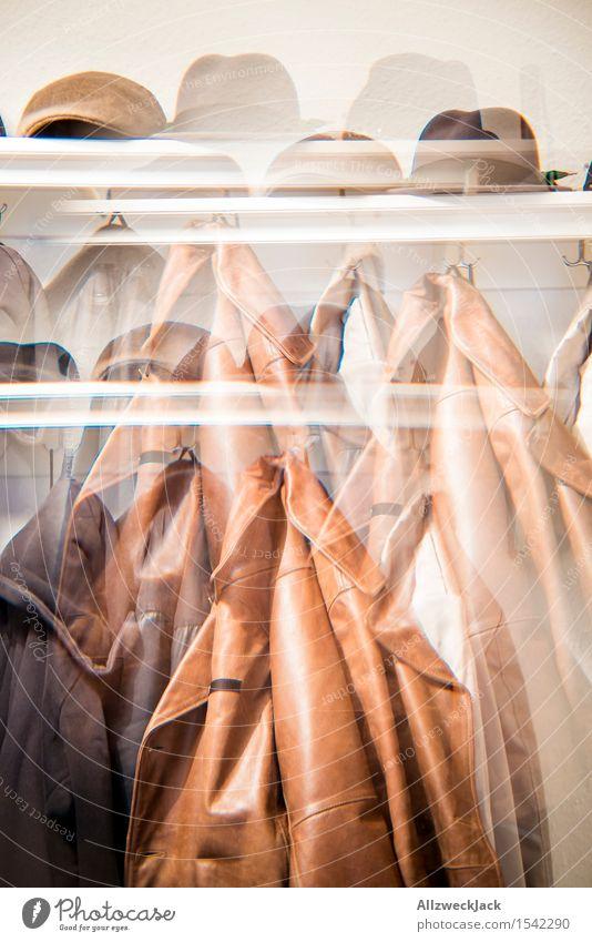Herbst/Winter II Stil Wohnung Mode Bekleidung Jacke Mantel Leder Hut Mütze Stadt braun Kleiderhaken Hutablage Herrenmode Lederjacke Farbfoto Innenaufnahme