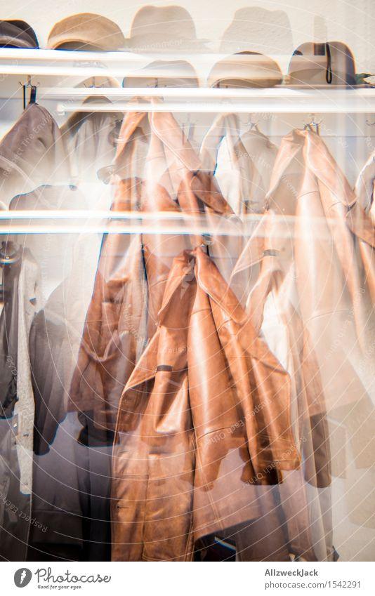 Herbst/Winter Mode Bekleidung Jacke Mantel Leder Lederjacke Hut Mütze braun Hutablage Kleiderhaken Farbfoto Innenaufnahme Experiment Menschenleer