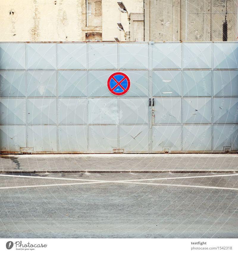 no parking Stadt Menschenleer Haus Bauwerk Gebäude Architektur Verkehrswege Straße Verkehrszeichen Verkehrsschild achtsam Rechtschaffenheit Ordnungsliebe parken